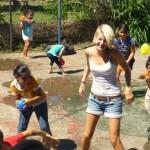 Belle bei Wasserschlacht mit Kindern