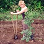 Mädchen beim Pflanzen