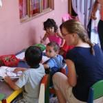 Freiwillige bei Arbeit im Kindergarten