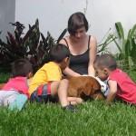 Freiwillige mit Kindern und Hund